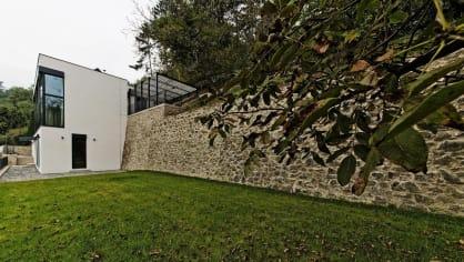 Dům je přilepený na zdi, což představovalo pro architekty ze studia Adam Rujbr Architects zajímavou výzvu