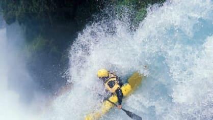 I Vltava se svými jezy může být někdy nebezpečná a co teprve kánoe v divokých vlnách