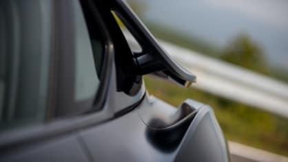 BMW i8 Protonic Frozen v matně černém laku. 19