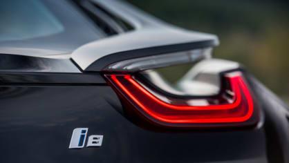 BMW i8 Protonic Frozen v matně černém laku. 17
