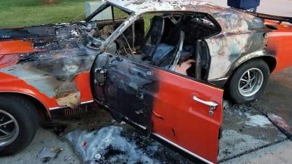 Někdo pro zábavu zapálil Mustang postiženého chlapce 6