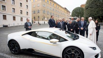 Papež dostal Lamborghini Huracán 1