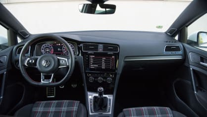 Volkswagen Golf GTI interiér 7