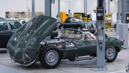 Stovky klasických Jaguarů a Land Roverů v obřím centru 31