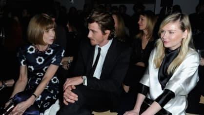 Anna Wintour s herečkou Kirsten Dunst (vpravo) a jejím přítelem hercem Garrettem Hedlundem na přehlídce Yves Saint Laurent