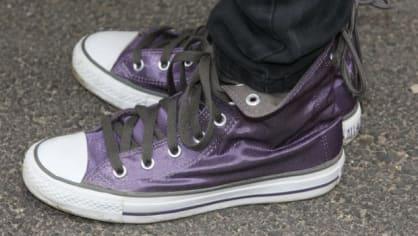 Sandra doladila outfit fialovými teniskami
