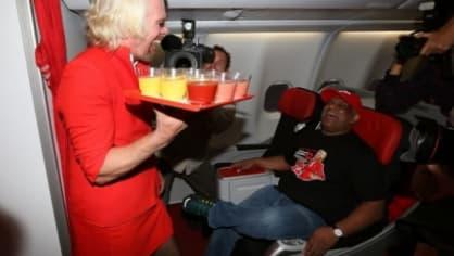 Sir Richard Branson si ve vlastní letecké společnosti zahrál na letušku