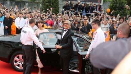 Prezident festivalu Jiří Bartoška s manželkou přijíždí na zahajovací ceremoniál
