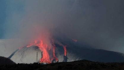 Etna je opět vzhůru. Chrlí popel a lávu