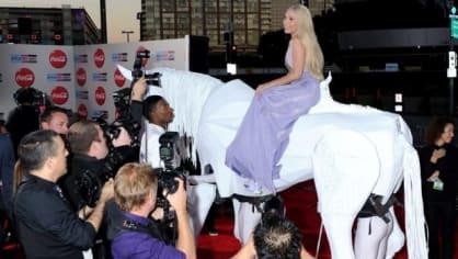 American Music Awards 2013… Lady Gaga přijela na bílém koni