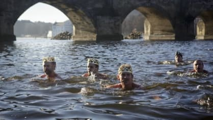 Tři králové a další otužilci naskákali u pražského Karlova mostu do Vltavy, aby si doplavali pro horký alkoholický nápoj. Akce s názvem Plavba pro převoznický punč se konala už počtvrté.