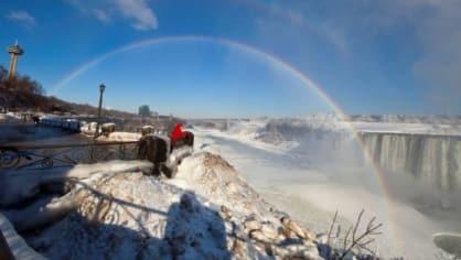 V Severní Americe je taková zima, že zamrzly i Niagarské vodopády.