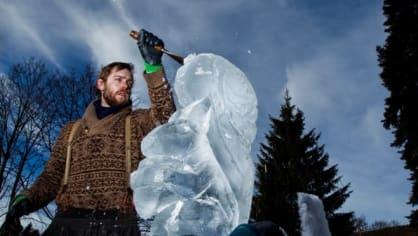 Ve Špindlerově mlýně předvedli své umění ledoví sochaři. K vyřezávání zvířat a postav používali dláta i motorové pily. Jen škoda, že počasí letos zatím příliš nepřálo ani zimním sportům, ani zimnímu umění.
