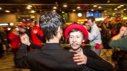 Cestující na Hlavním nádraží v Praze si zpestřili čekání na vlak argentinským tangem. Doprovázelo je piáno, které na nádraží stojí v rámci projektu Piána na ulici.