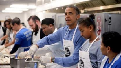 Šéf Bílého domu Barack Obama se s celou rodinou zúčastnil charitativního projektu v rámci Dne Martina Luthera Kinga. Pro lidi v nouzi vyráběl tortily. V kuchyni to jednoho z nejmocnějších mužů planety evidentně baví, obdobných akcí se účastní pravidelně.