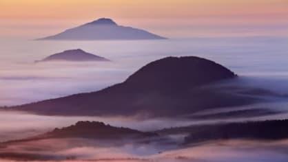 Pokud jste zrovna v Lužických horách a přivstanete si, může se vám naskytnout pohled na probouzející se krajinu obalenou úchvatnou peřinou z mlhy.