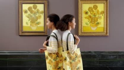 Van Gogh ve skutečnosti vytvořil celou sérii maleb se slunečnicemi. Dvě verze, které jsou si velmi podobné, nyní vystavují v londýnské Národní galerii.