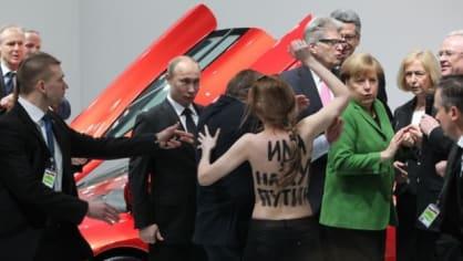 Putin přijel do Bruselu jednat o sblížení s EU. Přivítala ho tam protestující ňadra