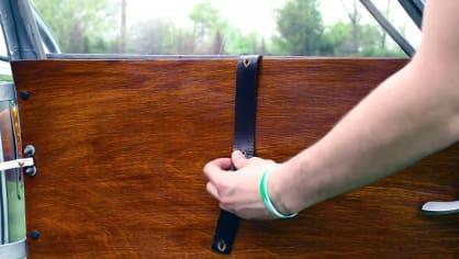 Stahování okýnek s pomocí koženého pásku s dírkami.