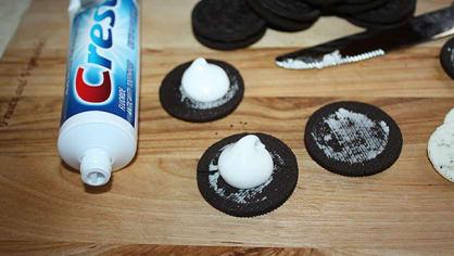 Nechutný žert. Po nabídnutí sušenky raději rychle prchejte