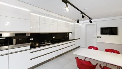 Ještě jeden pohled na moderní nenápadnou kuchyňskou linku