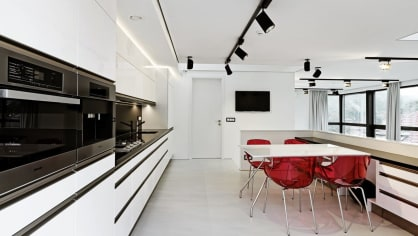 Rodinný dům s fotoateliérem navrhlo studio v moderní černobílé podobě.