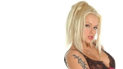 Dana Mandátová – Stacy Silver. Do pornoprůmyslu naskočila v roce 1999. Libuje si v análním a skupinovém sexu