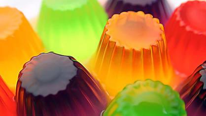 Želatinu určitě všichni znají. Dává se do cukrovinek, dortů, prostě do sladkostí. Ve skutečnosti ale vzniká vyvařením prasečích šlach, kůží, kostí a dalšího jatečního odpadu