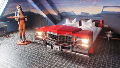 V roce 2009 zde otevřel speciální autohotel V8, který nabízí 34 tématických pokojů