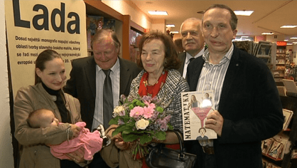 Manželé Klausovi přišli popřát svému synovi na křest jeho první knihy