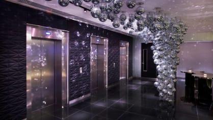 W London Leicester Square  - prostor u výtahu je vskutku až nadpozemský