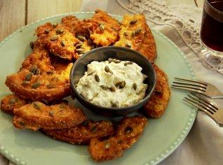 Fotografie k receptu Dýně v sezamovo-šalvějovém těstíčku se sýrovým dipem