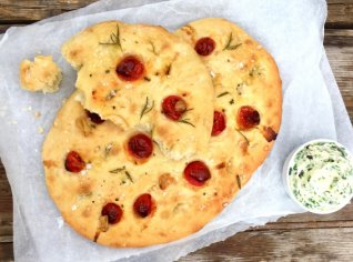 Fotografie k receptu Focaccia s opečeným česnekem a rajčaty