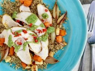 Fotografie k receptu Pečená krůtí prsa s quinoou, kořenovou zeleninou a bylinkovým pestem