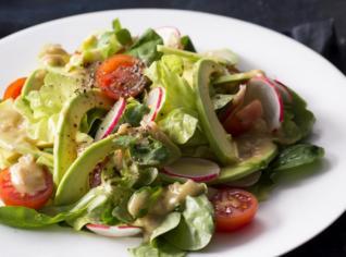 Fotografie k receptu Salát s avokádem, hořčičnou zálivkou a pečenou krevetou