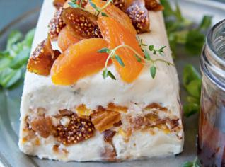 Fotografie k receptu Sýrová terina s ořechy a sušeným ovocem