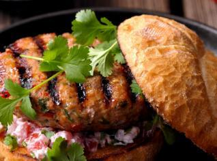 Fotografie k receptu Jehněčí hamburger s koriandrem a jogurtovým dipem
