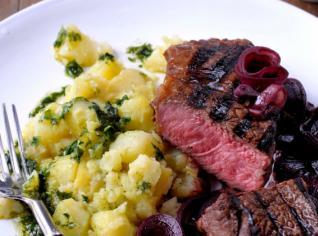 Fotografie k receptu Steak na červeném víně s bazalkovými bramborami