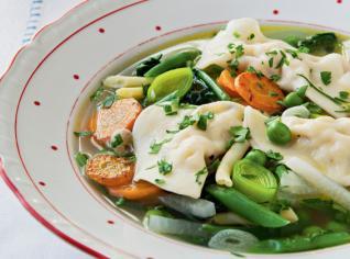 Fotografie k receptu Zeleninová polévka ze zahrady se sýrovými taštičkami