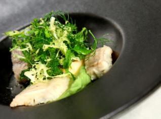 Fotografie k receptu Uzený úhoř s krémem z libečku a bylinkovým salátem
