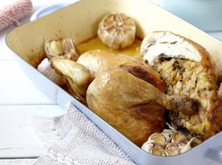 Fotografie k receptu Kuře se špenátovo - mandlovou nádivkou a bramborová kaše s pečeným česnekem