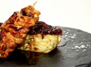 Fotografie k receptu Pollo al ajillo con tortilla y cebolla caramelizada