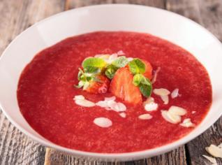 Fotografie k receptu Studená jahodová polévka s vanilkovými nočky