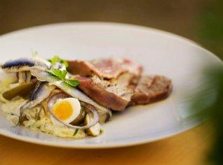 Fotografie k receptu Tuňák s bramborovým salátem a ančovičkami