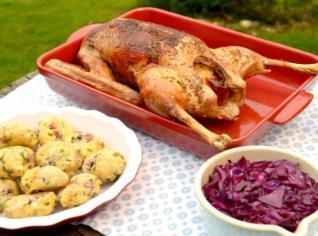 Fotografie k receptu Husa s pečenými jablky, červeným zelím a slaninovými knedlíky