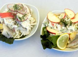 Fotografie k receptu Salát z matesů a jablek s cibulí, koprem a zakysanou smetanou