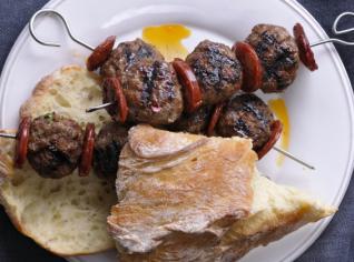 Fotografie k receptu Hovězí kuličky s klobásou Chorizo a Orientální salát z pečených paprik