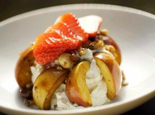 Fotografie k receptu Jogurt s pečenými jablky a ořechy