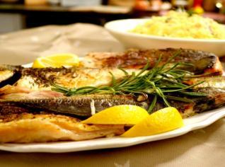 Fotografie k receptu Pestrý rybí pekáč a šťouchané brambory se slaninou a zeleným pepřem