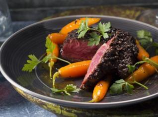 Fotografie k receptu Steak z hovězí svíčkové v espresso-chilli marinádě s glazírovanou mrkví